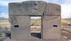 南米ボリビア、ラパスの近く、標高4,000mにあるティワナク遺跡に建てられた一枚岩の門。1500年以上前のもので、主に天文学、占星学で重要な役割を担っていたと考えられている。太陽の門は遺跡の中心に、また月の門が遺跡の外周にあるが、ティワナク遺跡自体に未解明な部分が多く、正確な位置ははっきりしていない。