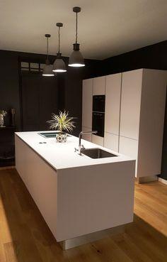 Une cuisine à l'épure sophistiquée réalisée par le magasin Arthur Bonnet de Mulhouse Wittenheim. Une véritable invitation à la sérénité aux fourneaux !