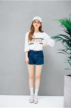In Korean youth fashion, there's a strong current of tomboy-inspired designs. Cool, but not if it's meant to convey whiteness, as it more than once seems to do. Korean Fashion Tomboy, Korean Fashion Shorts, Korean Fashion Summer, Ulzzang Fashion, Korean Street Fashion, Korea Fashion, Korean Outfits, Asian Fashion, Ulzzang Style