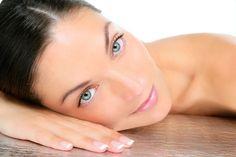 Con la limpieza facial conseguimos eliminar células muertas, quedando la piel más trasparente, traslúcida y obligando a la formación de nuevas células, eliminación de puntos negros, espinillas, y granos, y lucir una piel saludable y no grasosa.