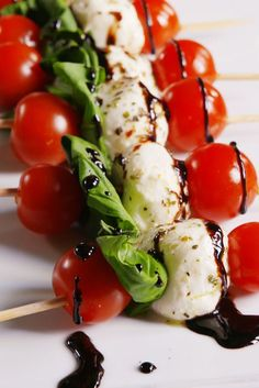 Caprese Bites - - Looking for easy holiday appetizers? These Caprese Bites are the jam. Bridal Shower Appetizers, Summer Party Appetizers, Wedding Appetizers, Easy Holiday Appetizers, Summer Snacks, Bridal Shower Recipes, Bridal Shower Foods, Easiest Appetizers, Cold Appetizers