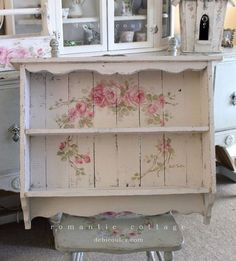 Shabby chic is a soft, feminine and romantic way of decoration style that looks comfortable and inviting. Are you passionate about the shabby chic interior design and decoration? Check out these awesome shabby chic decor diy ideas & projects. Cocina Shabby Chic, Shabby Chic Zimmer, Shabby Chic Vintage, Shabby Chic Stil, Diy Vintage, Shabby Chic Interiors, Shabby Chic Living Room, Shabby Chic Bedrooms, Shabby Chic Kitchen