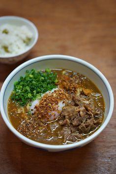 スパイシーカレーうどん Noodle Soup, Japanese Food, Ramen, Noodles, Chili, Curry, Pasta, Junk Food, Cooking