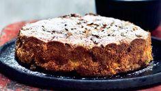Æblekage bliver man bare aldrig træt af. Her får du opskriften i en bagt udgave serveret med blød vaniljeis - mums Danish Dessert, Gateaux Cake, Banana Bread, Deserts, Food And Drink, Cooking Recipes, Apple, Baking, Sweet