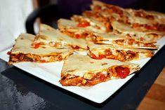 La meilleure recette de Quesadillas de poulet et sa salade tomates-avocats! L'essayer, c'est l'adopter! 3.7/5 (3 votes), 0 Commentaires. Ingrédients: Pour les quesadillas:4 tortillas de maïs ou de blé, 1 oignon, 1 poivron rouge, 150 gr. d'émincé de poulet, 1 cc d'huile, 1/2 sachet d'épices pour fajitas, 100 gr. de fromage râpé (cheddar ou, comme moi, gruyère) Pour la salade de tomates et avocat: 2 petites tomates ou 1 charnue, 1/2 avocat, huile d'olive, vinaigre balsamique, sel, poivre
