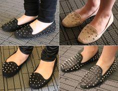 Os slippers foram os grandes destaques! Geralmente em preto, eles ganham uma cara mais rocker com tachinhas e spikes! O modelo nude com tachinhas douradas fica lindo tanto de dia quanto de noite!    Moda de rua: tachas dominam a SPFW! - Radar Fashion - CAPRICHO