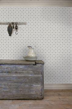Tapet 'Karolina' - Ljusgrå - Historiska Tapeter - Duro | Den ursprungliga tapeten satt på väggarna i ett gårdskontor på Wirums säteri i Småland daterad runt 1880. En småmönstrad tapet som på sin tid ofta placerades i mindre utrymmen som kök och hall.