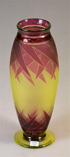 """Val Saint-Lambert, époque ca 1930: très rare vase, modèle Evian, en cristal urane doublé lie de vin, soufflé, gravé à l'acide en trois attaques et souligné de taille. Atelier de Modeste Denoël. Signature """"Val St Lambert"""" en relief dans le décor. Hauteur : 25 cm. Val Saint Lambert, 1930 era: rare vase, blown uranium crystal with wine-red casing, acid etched in three passages and decorated with cuttings. Modeste Denoël's workshop. High : 25 cm."""
