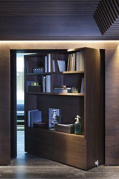 Inside the 13 Coolest Offices of the Year - IDEE: Boekenkast voegt een huiselijk element toe aan een ruimte. En je kunt er kleine voorwerpen en relevante boeken (die nu op tafels rondslingeren) in opbergen.