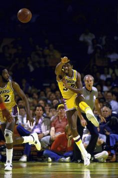 May 1984 - Magic Johnson notched a playoff record 24 assists as the Lakers beat Phoenix in Game 2 of the West Finals. Magic Johnson, Basketball Funny, Basketball Legends, Basketball Players, Los Angeles Lakers, Gail Goodrich, Phoenix Suns, Showtime Lakers, North American Soccer League