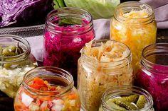 Pripravte si zdravie do zásoby. Vyskúšajte kvasenú zeleninu   Záhrada.sk Mason Jars, Red Peppers, Mason Jar, Glass Jars, Jars