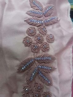 Couteurs detalles Zardosi Embroidery, Hand Embroidery Videos, Tambour Embroidery, Hand Embroidery Flowers, Bead Embroidery Patterns, Hand Work Embroidery, Embroidery On Clothes, Couture Embroidery, Flower Embroidery Designs