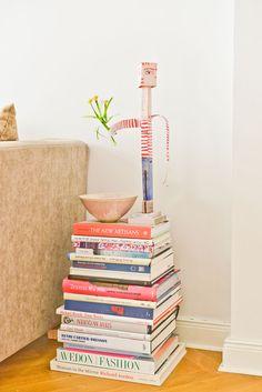 ...Constanze Hallenslebens. Kleine Büchertürme als Abstelltisch