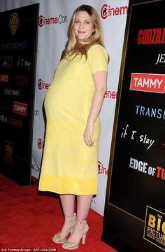 Drew Barrymore con enorme pancione giallo e fiorato | Gossippando.it