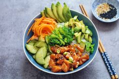 Salmon Poke Bowl - The Well Kitchen Hawaiian Poke Bowl, Salmon Y Aguacate, Salmon Poke, Asian Recipes, Healthy Recipes, Avocado Recipes, Cooking Classes Nyc, Cooking School, Sushi Bowl