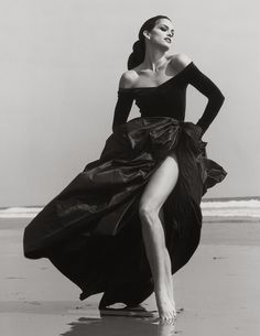 Cindy Crawford, Ferre Malibu, 1993 by Herb Ritts. Supermodel Cindy Crawford (whom Ritts introduced to her first husband, Richard Gere) on the beach in Malibu, California. Cindy Crawford, Look Fashion, Fashion Models, Fashion Beauty, Fashion Glamour, 90s Fashion, Trendy Fashion, High Fashion, Dress Fashion
