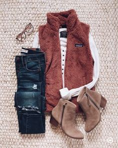 Hair - Beauty - Fashion Rust color fuzzy fleece vest, white top, skinny jeans, taupe booties White G Looks Chic, Looks Style, Style Me, Casual Fall Outfits, Fall Winter Outfits, Autumn Winter Fashion, Vest Outfits For Women, Girly Outfits, Look Fashion