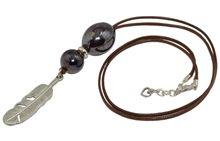 Wisior z ceramiką i ozdobną metalową zawieszką w kształcie pióra, na eleganckim woskowanym sznurku jubilerskim.