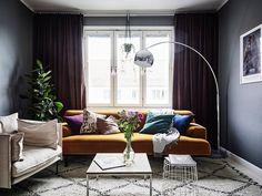 Контрастная шведская квартира с ярким диваном (73 кв. м)