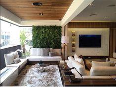 Living e varanda integrados com beleza e funcionalidade. O toque de madeira do teto também está presente no painel da TV. Inspiração linda via @bloghomeidea Projeto Claudia Albertini