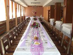 svadobná tabuľa s fialkovou výzdobou