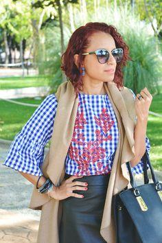 Look con blusa de cuadros bordada