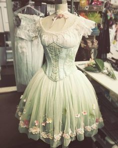 With a few slight modifications and petticoat or two this would be such a pretty Lolita dress