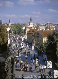 """Declarado Patrimônio Mundial pela UNESCO, o núcleo histórico da cidade conta com o maior castelo medieval da Europa e com encantadoras e sinuosas ruas.    Rodeada por nove colinas, a cidade de Praga soube conservar o seu encanto de cidade antiga. Por seu grande número de torres e mirantes, também é conhecida como """"A cidade das 100 torres""""."""