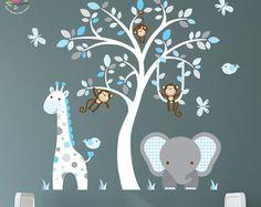Enchanted interiores selva etiquetas de la etiqueta engomada de la pared Arte de pared de vivero Premium tela adhesiva del uno mismo  Tamaño aprox. escena: 50 alto x 43 de amplia Puede colocarse desde el zócalo hacia arriba o encima de muebles de la sala vivero.  Cautivar la imaginación de tu bebé con nuestro amigable jungla animales vivero pared escena artística con una amistosa jirafa, elefante y por supuesto un montón de monos descarados. Simplemente pela y pega para transformar su…