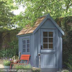 Ein Gartenhaus in Blau wird zum hübschen Hingucker in der grünen Oase. Mit einer orangefarbenen Gartenbank erzeugt man zusätzlich einen interessanten…