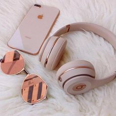 Everday essentials Rose gold beats by dre// high performance headphones Match your headphones to your iphone Hipster Vintage, Style Hipster, Trendy Style, 90s Style, Things To Buy, Girly Things, Stuff To Buy, Girly Stuff, Street Style Vintage