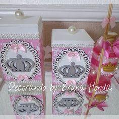 Maravilhoso kit toalet princesa. Acompanha bandeja provençal espelhada, um porta algodão, um porta cotonete é um difusor de ambiente com cheirinho de bebê. OBs: o difusor poderá ser substituído por álcool em gel. Pedidos e orçamento através do e-mail: decorandobybrunahonda@yahoo.com.br ➡️Aguardamos seu contato. #decorandobybrunahonda #enfeitematernidade #quadromaternidade #lembrancinha #maternidade #maternity #baby #babyboom #pregnant #decor #convites #decoracao #bebe #babyboy #babygirl…