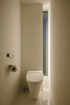 光の取り方が面白い Loft Bathroom, Bathroom Toilets, Downstairs Bathroom, Washroom, Bathroom Ideas, Beautiful Small Bathrooms, Tiny Bathrooms, Toilet Room Decor, Small Toilet Design