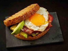 Aamupalasandwich Tuhti aamupalaleipä auttaa jaksamaan pitkälle päivään. Tarjoa avokado-pekonileivän kanssa tuoremehua ja kunnon kahvia. https://www.yhteishyva.fi/ruoka-ja-reseptit/reseptit/aamupalasandwich/015659