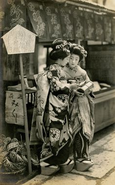 Geisha wth O-mikuji O-mikuji are random fortunes written on strips f paper at Shinto shrines & Buddhist temples Japanese Geisha, Japanese Beauty, Japanese Kimono, Vintage Japanese, Japanese Art, Japanese Clothing, Traditional Japanese, Japanese History, Japanese Culture