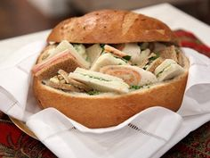 Sanduchitos dentro de un pan campesino como bandeja. http://www.losdatosdenatalia.com/idea/envases-naturales-para-servir/
