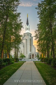 Boston Temple Pathway Sunset - A peaceful summer evening along the pathway leading to the Boston Massachusetts Temple. Mormon Temples, Lds Temples, Lds Temple Pictures, Later Day Saints, Lds Mormon, Temple Wedding, Lds Church, Jesus Christ, Savior
