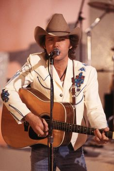 Famous Country Singers, Country Music Artists, Country Music Stars, Famous Singers, Outlaw Country, Country Men, Namm Show, Hank Williams Jr, Dwight Yoakam