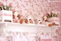 nicho com flores e bonecas