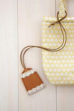 カギを失くさないように、バッグの持ち手に取りつけましょう。/切って、貼って、縫って 本格革小物(「はんど&はあと」2012年10月号)
