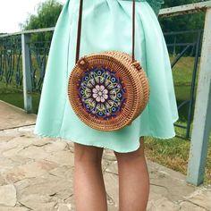 Летом хочется выглядеть особенно, но подобрать уникальный наряд на каждый день невозможно. Можно не заморачиваться и приобрести необычную сумку, которая поможет вам изменить стандартный образ до неузнаваемости. Женская круглая сумка из ротанга с цветочным принтом ручной работы - это именно то, что вам необходимо. Kanken Backpack, Rattan, Straw Bag, Bali, Backpacks, Fashion, Wicker, Moda, Fashion Styles