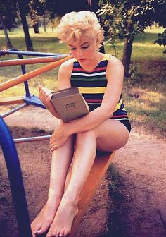 marilyn monroe reading ulysses (one of the best books on earth)