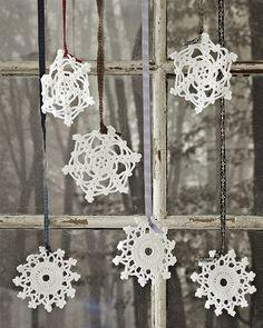 Sneflokke kommer ... Hvis du hækler snefnuggene i sølvgarn, kan de pynte til nytår.