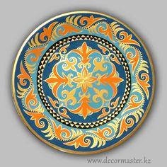Тарелка с традиционным казахским орнаментом