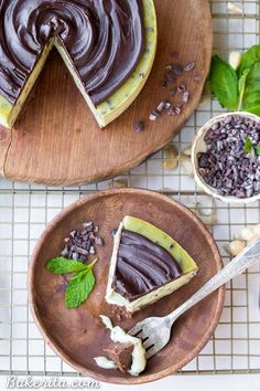 This No Bake Mint Chip Cheesecake is a healthier paleo and vegan cheesecake, made with a creamy cashew base. It has a nutty chocolate crust and a smooth and minty filling, with crunchy cacao nibs throughout and creamy dark chocolate ganache on top. Mint Chocolate Cheesecake, Mint Cheesecake, Gluten Free Cheesecake, Chocolate Ganache, Vegan Foods, Vegan Desserts, Paleo Vegan, Cacao Benefits, Powder Recipe