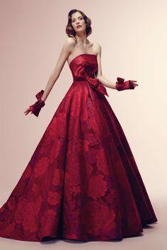 """Nel corso della storia l'abito da sposa ha subito trasformazioni. Non nasce bianco, ma veniva usato l'abito più bello e """"ricco"""" che la sposa possedeva. I colori erano vari e tra questi anche il rosso, simbolo di passione. Le spose dovrebbero osare, sinceramente non ho mai pensato di sposarmi in bianco ."""