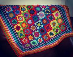 VENTA 20% de descuento era £125 ahora £100  En Stock - hecho en Escocia, Reino Unido. Hecho no manufacturado,  Una preciosa manta de cuadrados abuela todos de ganchillo con hilo de colores fabuloso y confinado varios morados brillantes, vivos felizes, azules, rosas, verdes, amarillos y naranja. Perfecto para el bebé, guardería, cuna, silla de auto y cochecito de niño, también es ideal para el sofá, coche, dormitorio o como una manta de vuelta etc..  Medidas 100 cm x 100 cm aprox. hacer un…