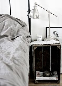 1000 id es sur le th me tables de nuit palettes sur pinterest tables de chevet palettes et. Black Bedroom Furniture Sets. Home Design Ideas