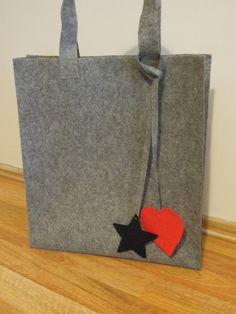 Made With Love: Keçe Çanta - Auto Modelle Felt Diy, Felt Crafts, Diy And Crafts, Quilt Book, Felt Purse, Fabric Bags, Diy Projects To Try, Fashion Bags, Sewing Crafts