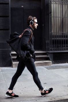 I love this atypical outfit. Spotted on the Sartorialist. Sport Style, Gym Style, Men's Style, Nb Sneakers, Sneakers Fashion, Running Sneakers, Running Shoes, Moda Fitness, Fitness Sport
